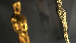 Imagen de dos estatuillas de los premios Oscar