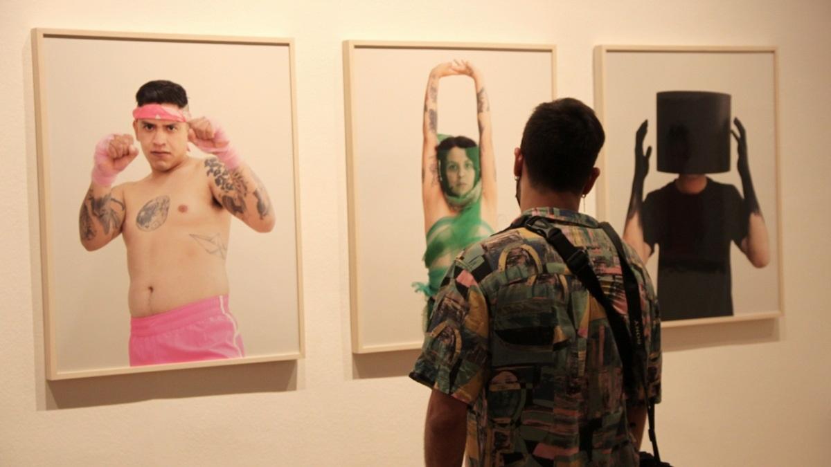 Un joven contempla las fotografías de la serie 'Misfit'.