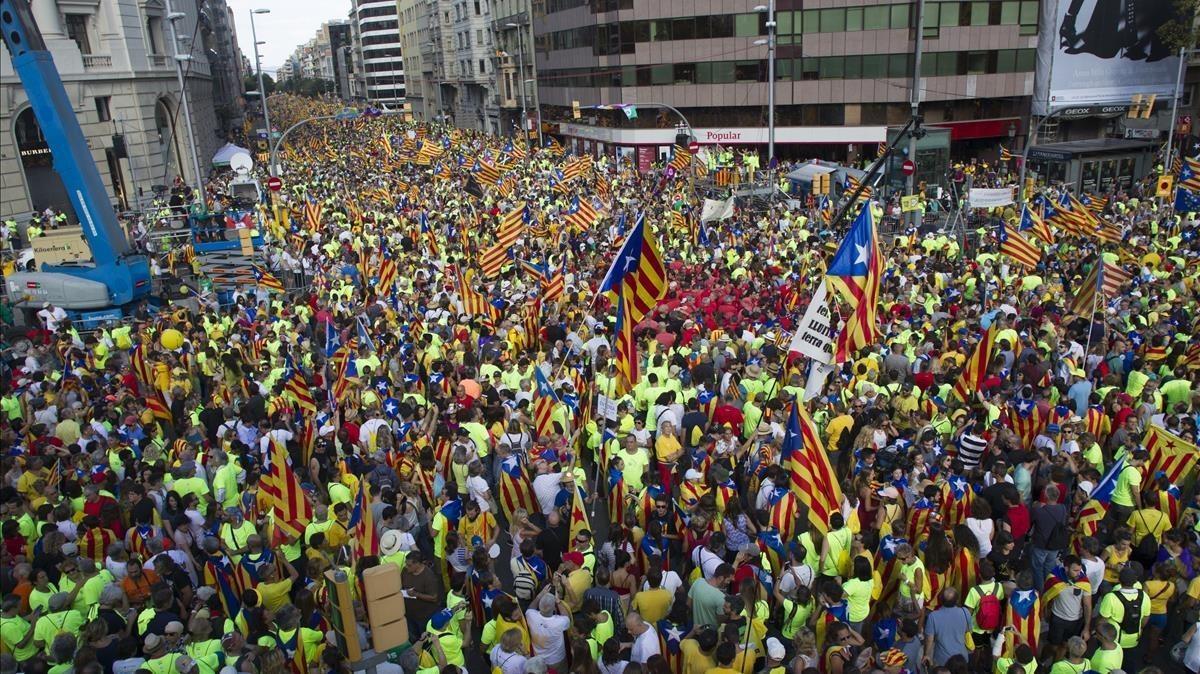 Los asistentes entre el Passeig de Gràcia y la calle Aragó.