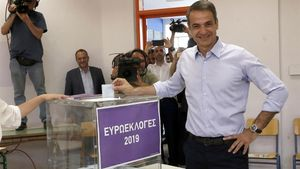 El líder de Nueva Democracia, Kiriakos Mitsotakis, vota en Atenas (Grecia).