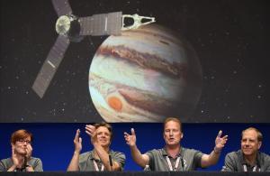De izquierda a derecha, los responsables de la misión Diane Brown, Scott Bolton yRick Nybakken, los tres de la NASA, y Guy Beutelschies, de la empresaLockheed Martin.