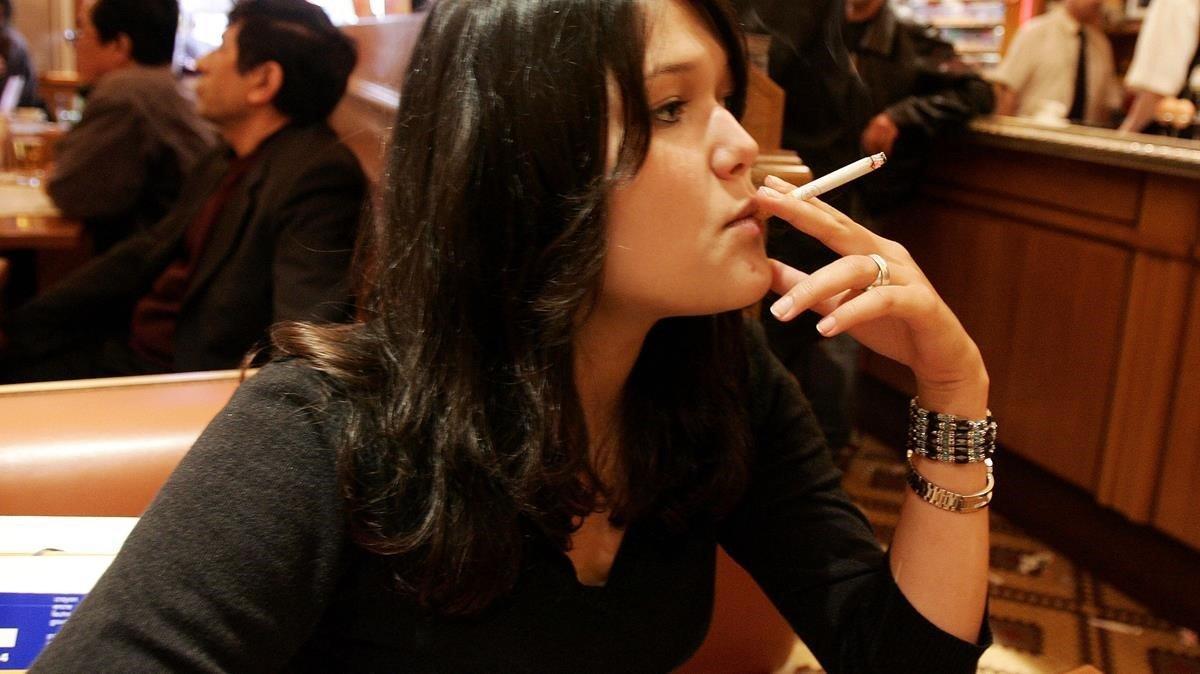 Imagen de archivo de una fumadora, en París.
