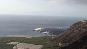 La fajana del volcán rompe la gran playa surfera de La Palma