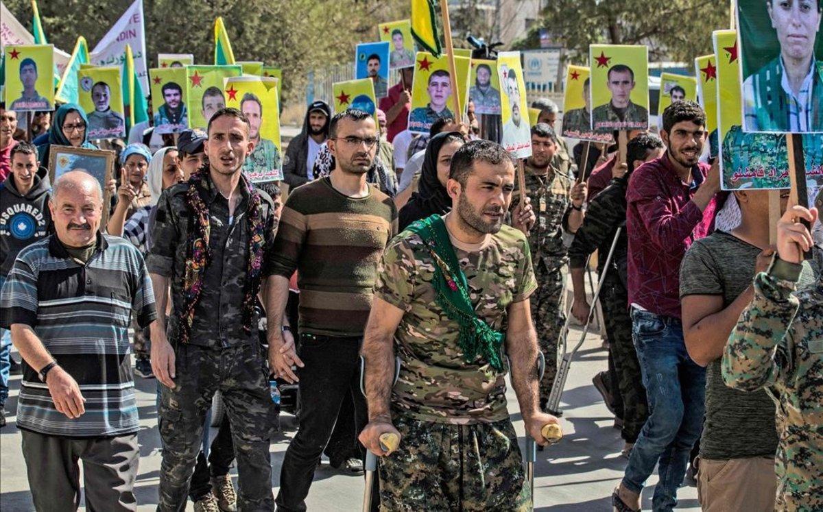 Milicianos y veteranos kurdos protestan frente a la sede de la ONU en la ciudad de Qamishli, en el norte de Siria.