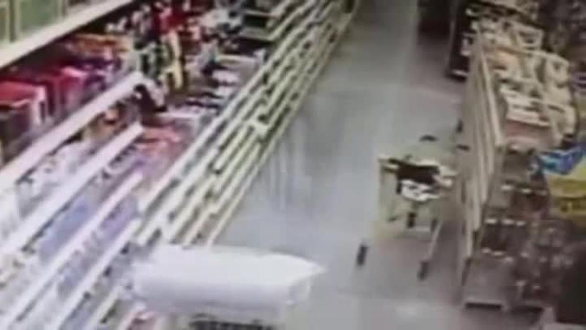 Las cámaras de seguridad registraron la lucha de una madre por evitar el secuestro de su hija.