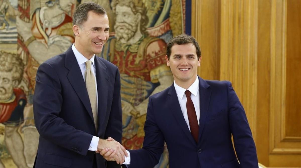 El líder de Ciudadanos, Albert Rivera, con el Rey en la tercera ronda de conversaciones sobre la investidura