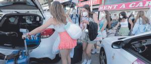 Los estudiantes toman taxis para dirigirse al aeropuerto.