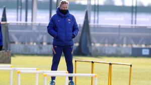 Koeman observa el entrenamiento del Barça en la ciudad deportiva de Sant Joan Despí.