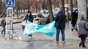 Dos militantes de Junts per Catalunya cuelgan un cartel electoral en las calles de Lleida, a menos de una semana de la cita electoral.