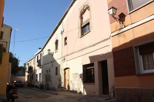 La casa dels finestrals gòtics del carrer del Xipreret on els historiadors situen que es va firmar el Conveni de l'Hospitalet.