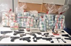 Durante los registros los mossos encontraron 1.413.800 euros en efectivo y multiplicidad de armas para la compraventa.