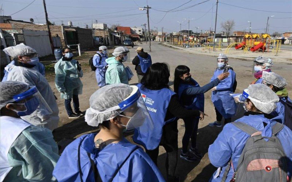 Personal médico combate la COVID-19 en un barrio de Buenos Aires, Argentina.