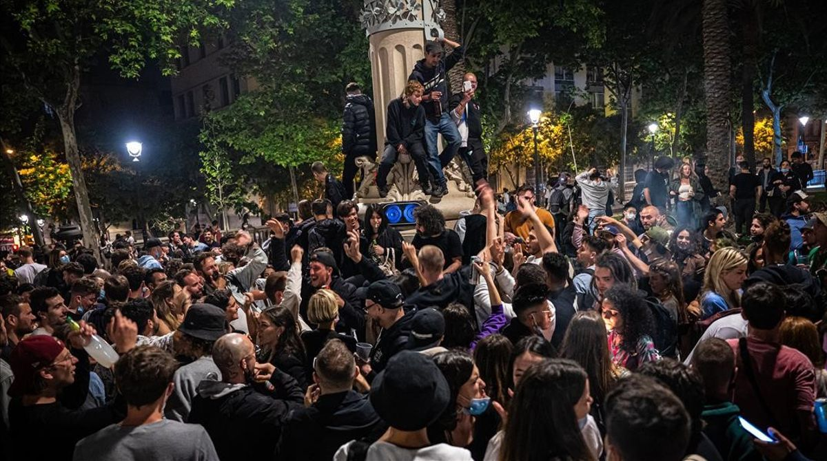 Celebración del fin del estado de alarma en el paseo Lluís Companys, de Barcelona.
