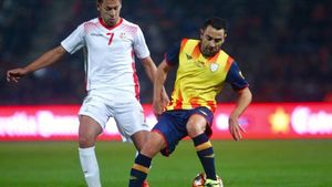 Xavi controla el balón en Montilivi ante Msakni, que marcó los tres goles de Túnez.