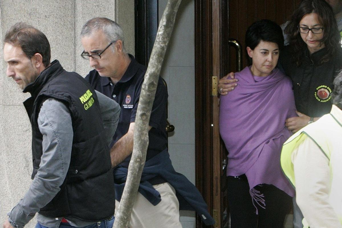 Rosario Porto y Alfonso Basterra salen del domicilio donde vivían madre e hija, Asunta, el 26 de septiembre del 2013.
