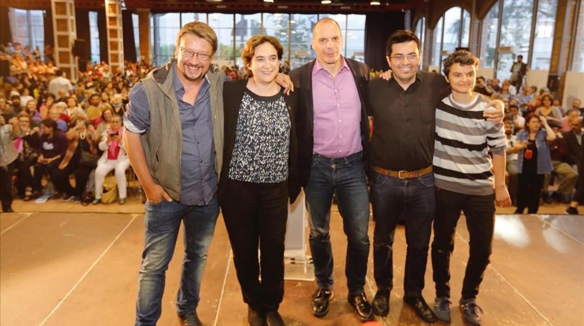 Xavier Domènech, Ada Colau, Yannis Varoufakis, Gerardo Pisarello y Lucía Martín, en el acto de En Comú Podem en las Cotxeres de Sants de Barcelona.