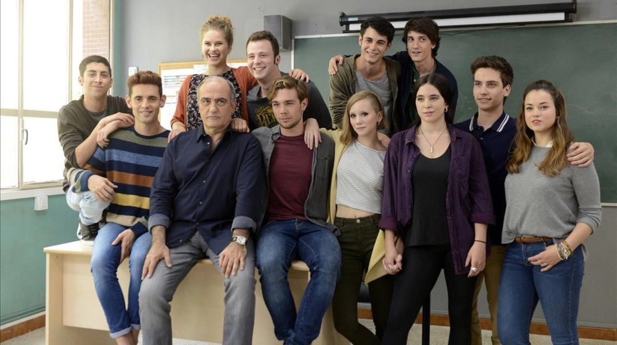 Francesc Orella, rodeado de los 'peripatètics', en el instituto en el que se rueda 'Merlí'.