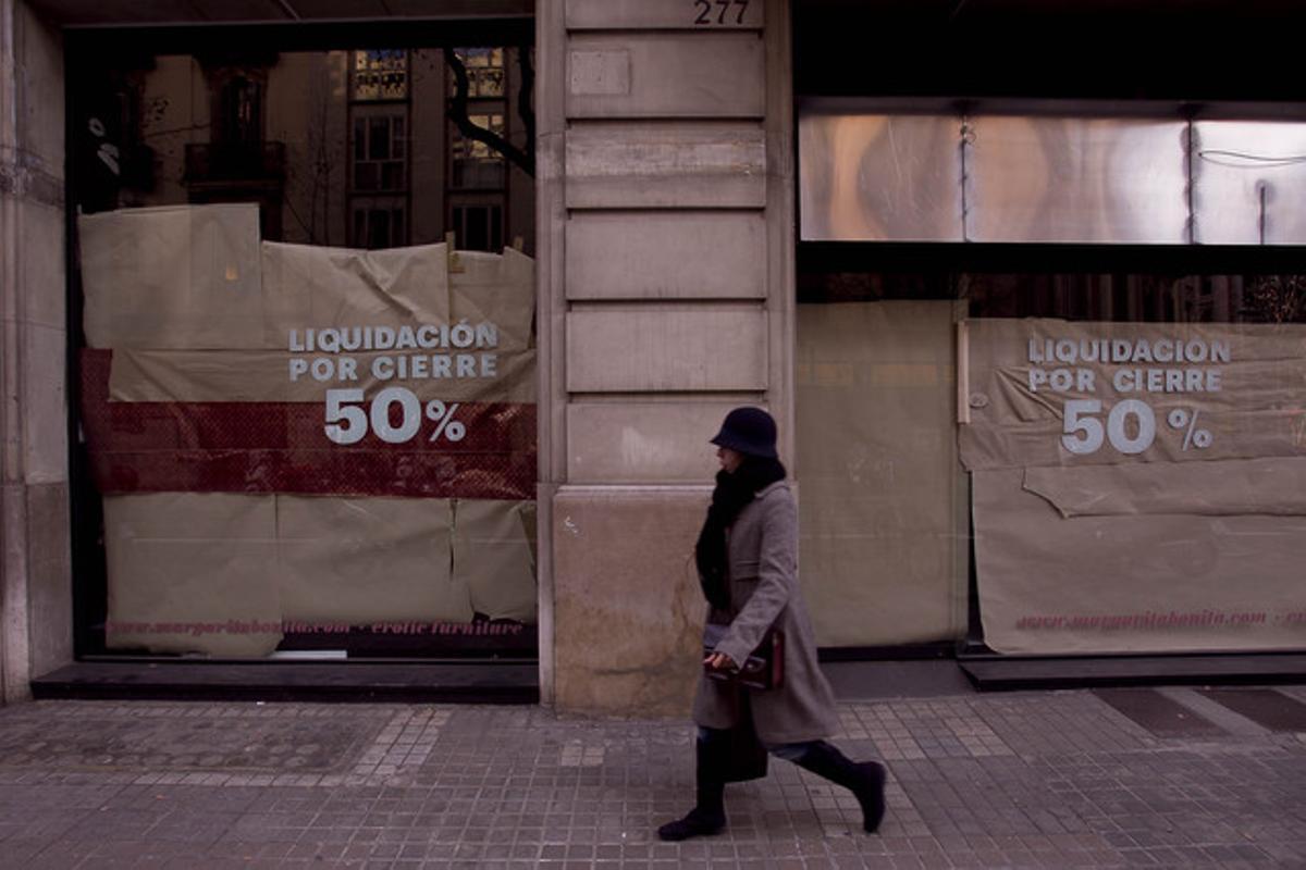 Diverses botigues tancades per l'impacte de la crisi, a Barcelona.