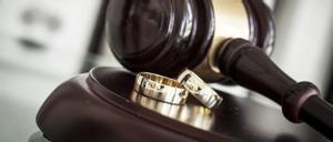 Anillos de boda ante un estrado de tribunal