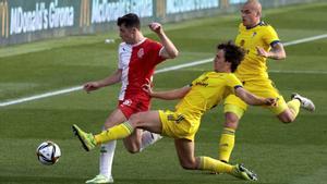 Valery, autor de dos goles, sufre una entrada de Marc Baró.