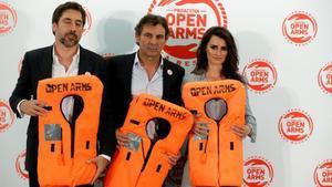 El director de Open Arms, Òscar Camps, entre Javier Bardem y Penélope Cruz, en la cena benéfica.