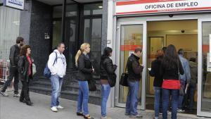 Cola de parados en una oficina de empleo en Madrid.