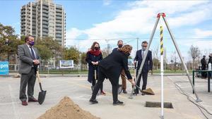 Colau echa arena en el agujero de la primera piedra de un nuevo edificio para pimes en el Campus Diagonal-Besòs de la UPC, en presencia de Tremosa, Sanz, Torres y Callau.