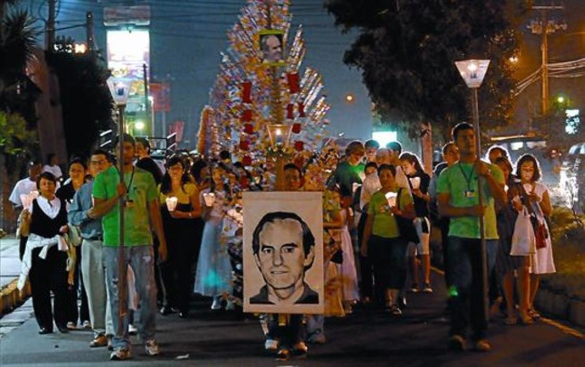 Un grupo de católicos portan un retrato de Ellacuría en una marcha de homenaje a los jesuitas asesinados, el 14 de noviembre en San Salvador.