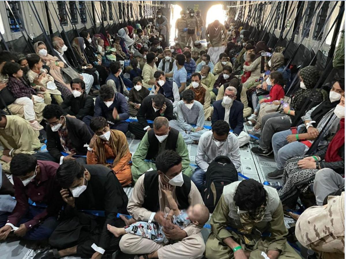 Embarque de refugiados afganos con destino a España, el pasado 25 de agosto.