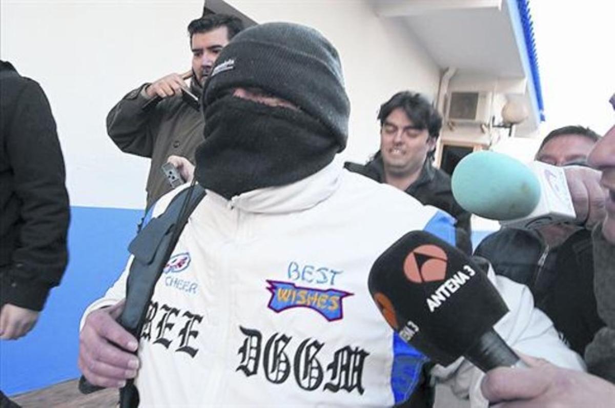 Miguel Ricart, a la salida de la prisión, rodeado de medios de comunicación que buscan sus declaraciones.
