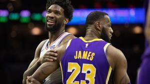 Lebron James, la gran figura de la NBA, junto a Joel Embiid, uno de las estrellas emergentes con la que estará en Charlotte