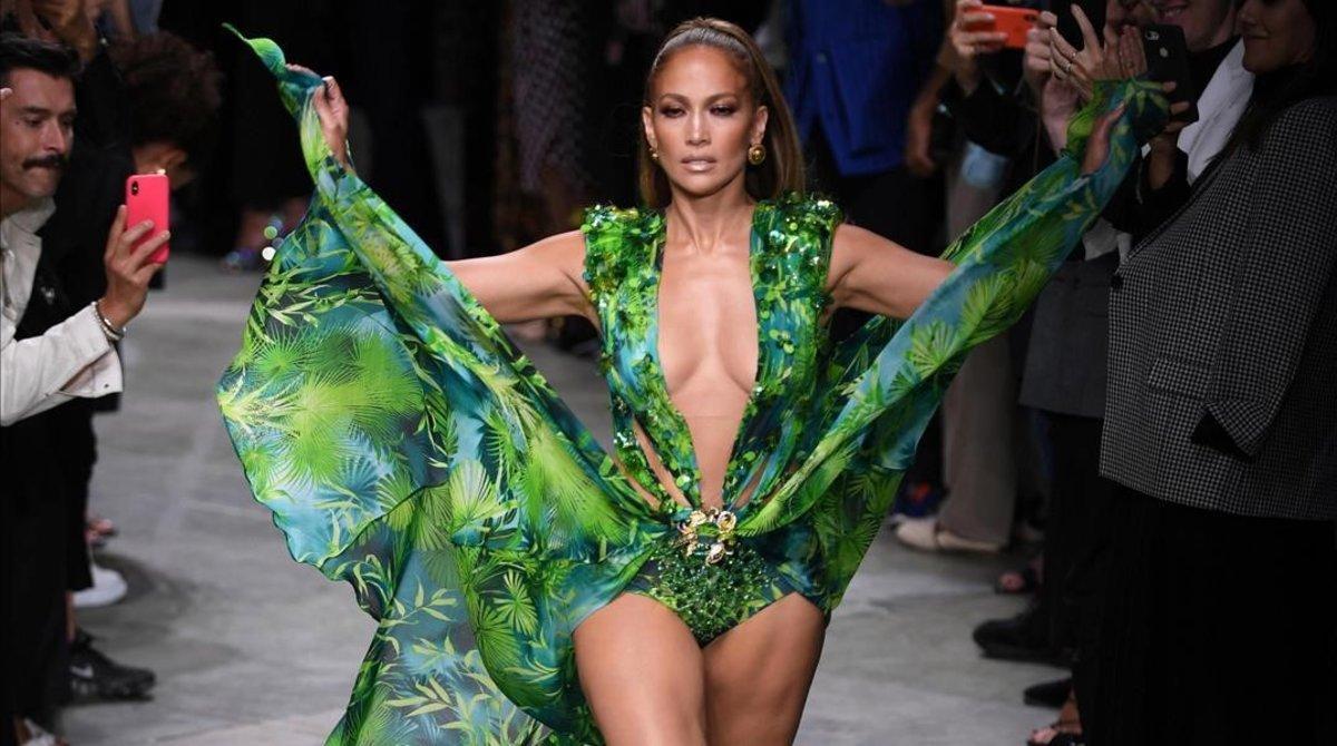 Jennifer Lopez vuelve a desfilarcon el icónico vestido deVersace, que inspiró para crearGoogle Imágenes en el año 2000, el pasado 20 de septiembre en la Semana de la Moda de Milán.