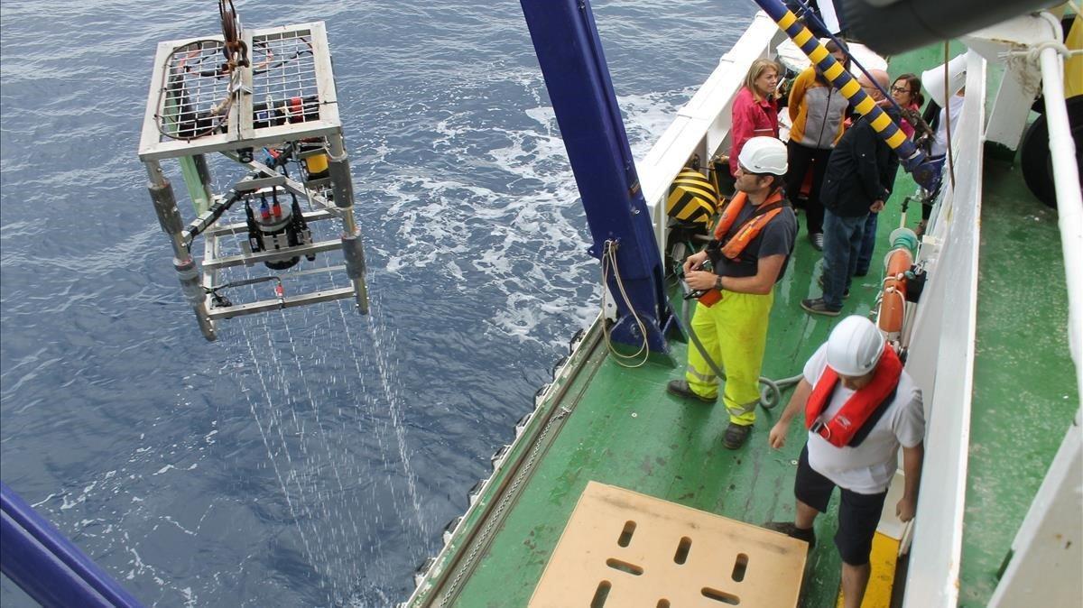 Actividad en el 'Ángeles Albariño', durantes sus investigaciones en el canal de Mallorca.