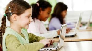 Niños utilizando dispositivos electrónicos