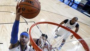 Carmelo Anthony entra a canasta durante el Partido de las Estrellas en el Madison Square Garden.