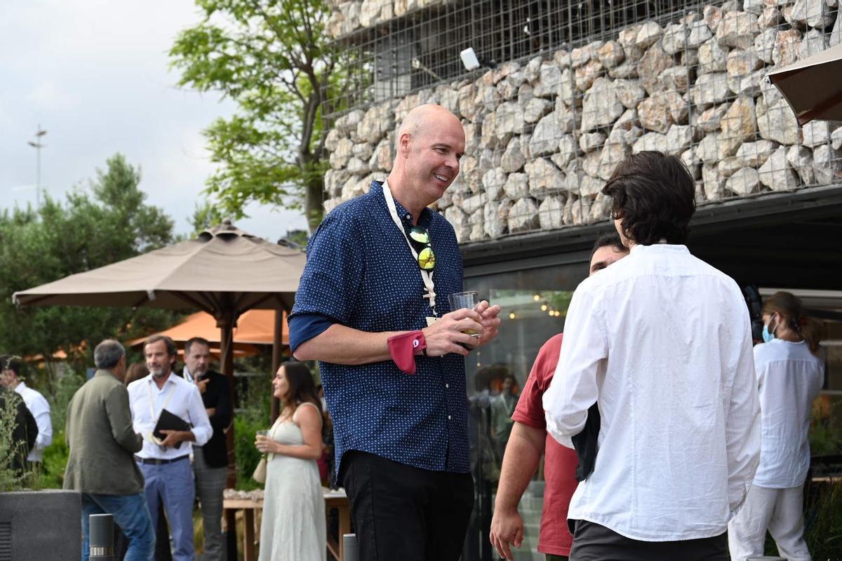 Ferran Martínez conversa con jóvenes empresarios durante el Aldea Summer Celebration celebrado en Barcelona.