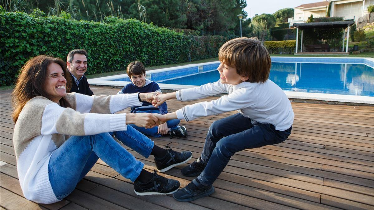 Luis y Laura con sus hijos Ignasi (el pequeño) y Luis, familia que se ha mudado hace unos meses a Sant Vicenç de Montalt, en el Maresme.