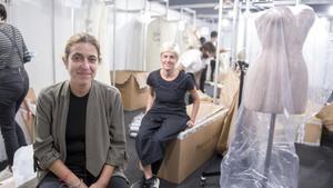 Las hermanas Cristina Pérez (derecha) yYolanda Pérez (izquierda), de la firma de moda nupcial Yolancris,en su box recogiendo los vestidos tras su desfile en la Valmont Barcelona Bridal Fashion Week.