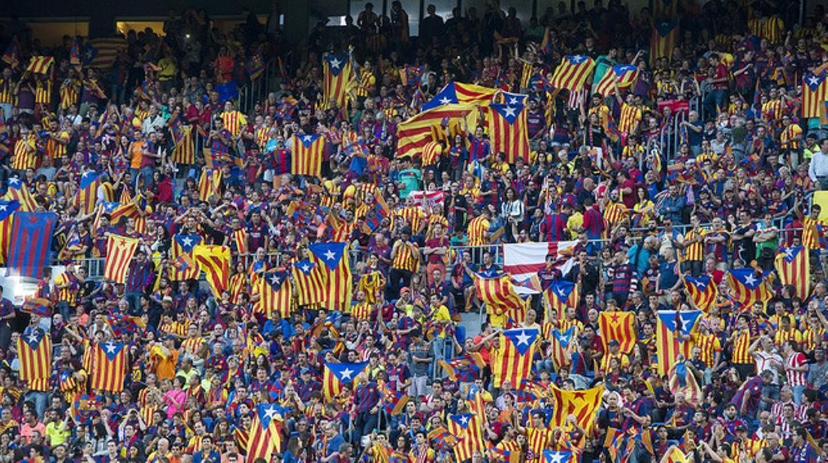 Decenas de aficionados azulgranas exhiben sus 'estelades' en el Camp Nou, durante la final de la Copa de Rey entre el Athletic y el Barcelona, el pasado 6 de junio.