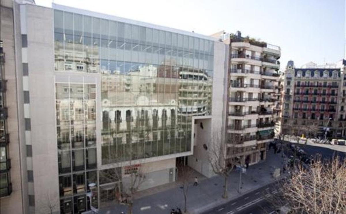Centro cultural de la calle de Urgell donde se encuentra la biblioteca Agustí Centelles. MIQUEL MONFORT