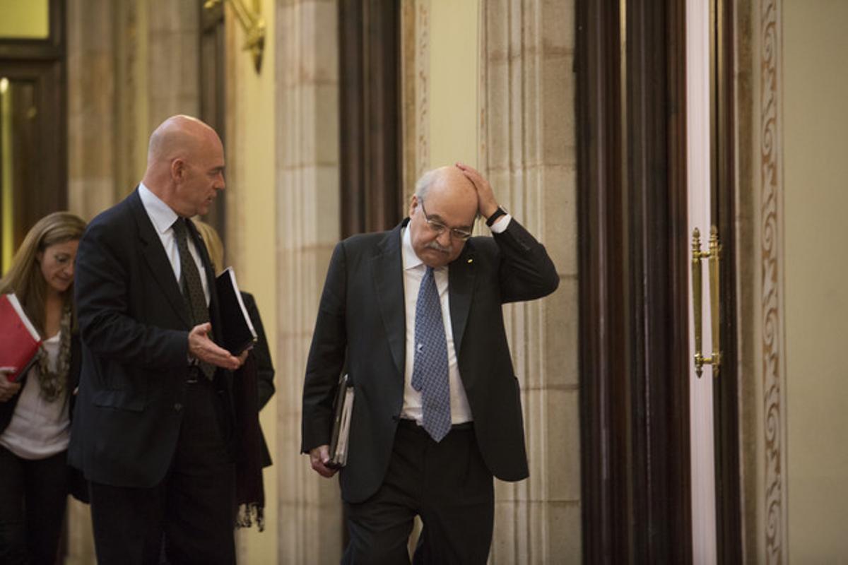 Andreu Mas-Colell, derecha, tras entregar los presupuestos de la Generalitat, el martes.