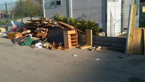 Muebles depositados en la vía pública de Parets.