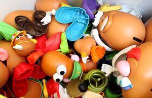 Un montón de juguetes de la marca Mr. Potato Head