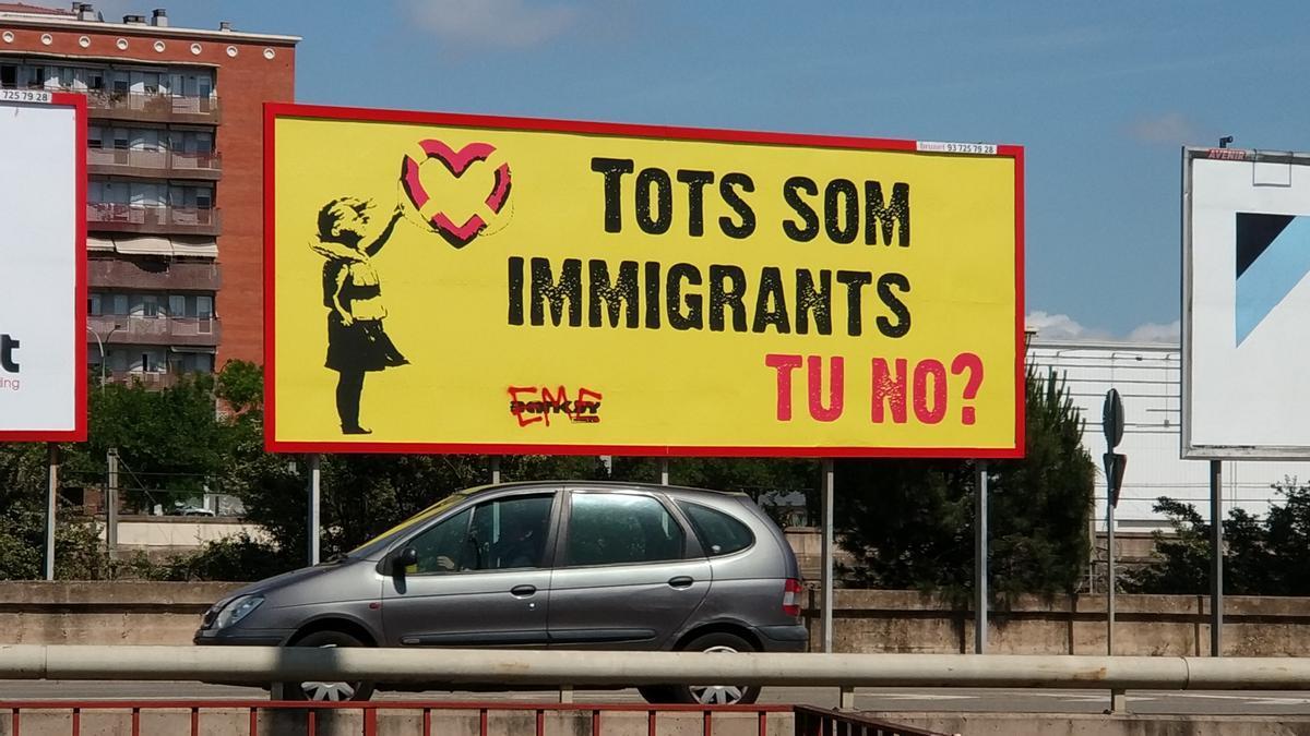 El cartel publicitario con un estampado de Banksy en la Gran Via de Sabadell.