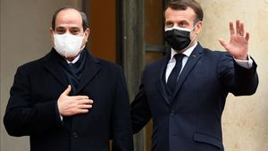 French President Emmanuel Macron (R) welcomes his Egyptian counterpart Abdel Fattah al-Sisi at the Elysee presidential Palace on December 7  2020 in Paris  for a meeting as part of al-Sisi s a three-day controversial state visit to France  with activists warning Paris not to turn a blind eye to Cairo s rights record with a red carpet welcome  (Photo by Bertrand GUAY   AFP)