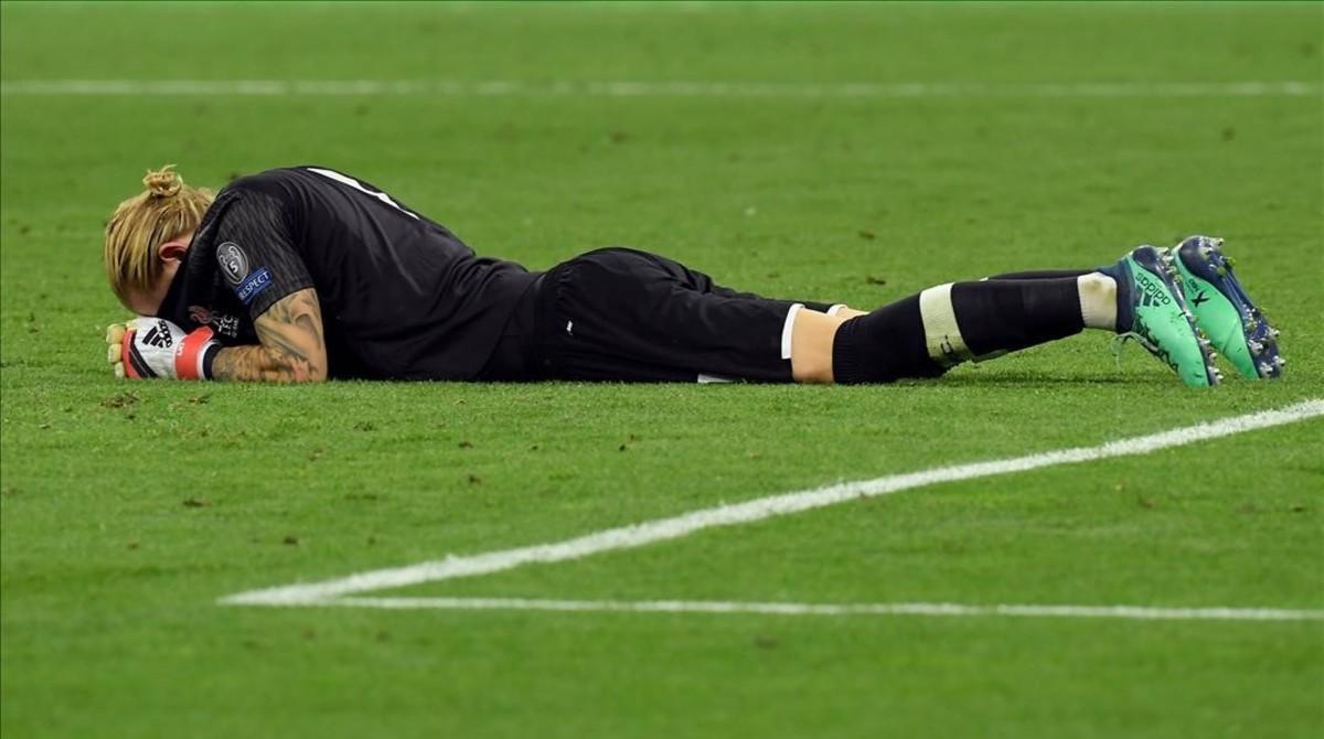Loris Karius llora sobre el césped de Kiev al terminar la final de la Champions.