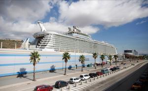 El Allure of the Seas en una escala en Barcelona.