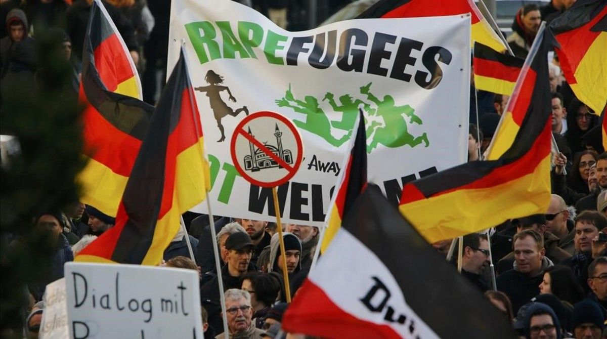 Manifestantes del movimiento antiinmigración Pegida.