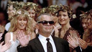 Karld Lagerfeld en un desfile con Claudia Schiffer en el 1993.