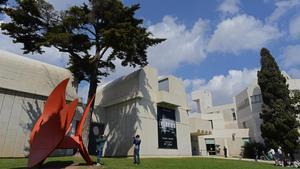 La fachada principal de la Fundació Miró.